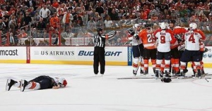 Philadelphia Flyers Captain Mike Richards knocks out Florida Panthers' David Booth. (Getty Images)