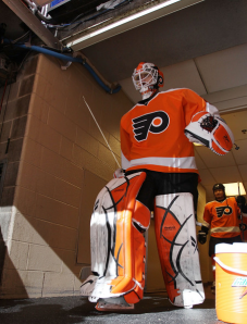 Michael Leighton continues to experience problems in his leg, delaying his return to the Flyers. (Bruce Bennett/Getty Images)